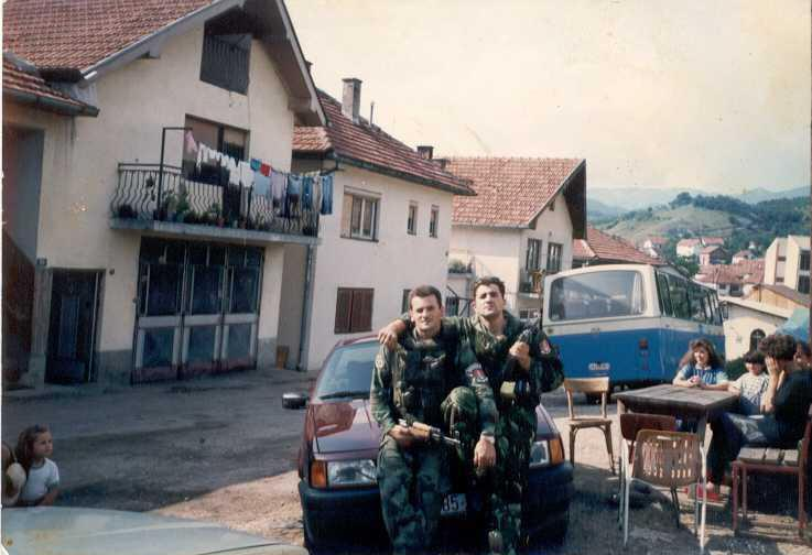 Ratni plen: Vidoje Andrić i Milan Lukić sede na Passatu porodice Zukić koju su ubili